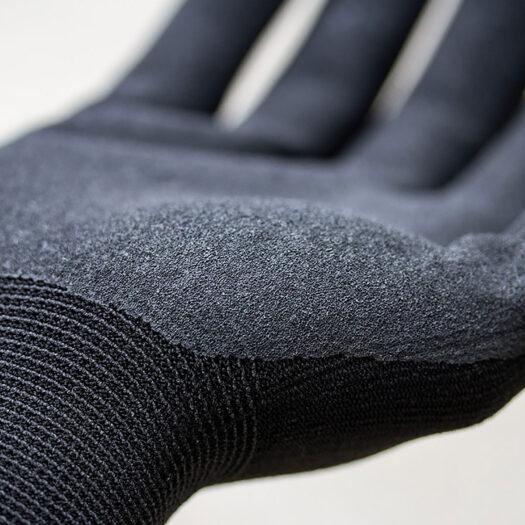 Close- up van de molotow beschermende handschoenen in het zwart. Ze geven optimale bescherming en zijn perfect voor het gebruik bij graffiti en streetart, omdat ze de handen beschermen tegen spray paint.
